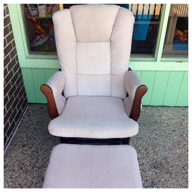 This neutral glider rocker & ottoman would look great in any nursery!#refinerykids #225 #batonrouge #glider