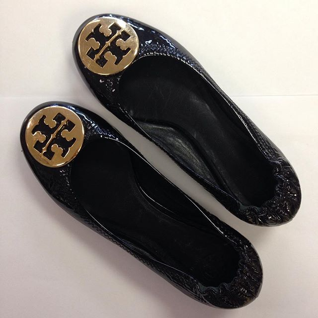 We love these beautiful Tory Burch kids ballet flats! $10 off a purchase of $50 or more through Saturday 10/3!#toryburch #refinerykids #batonrouge #225 #comegetcute